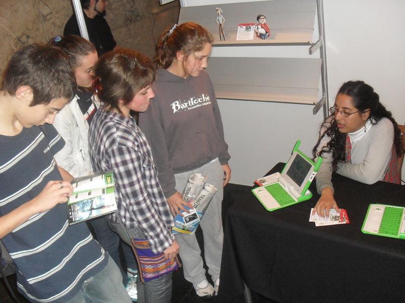 Victoria contando el proyecto